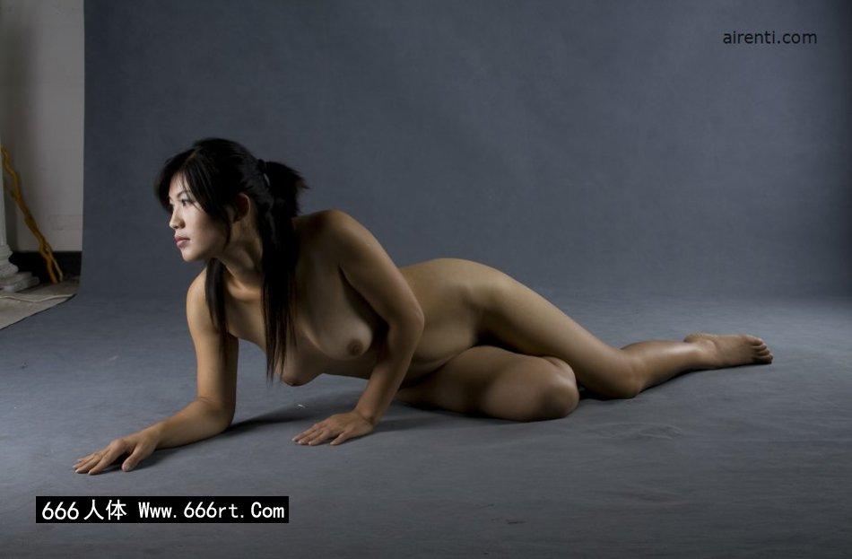 丰润的裸模王曼暗光室拍