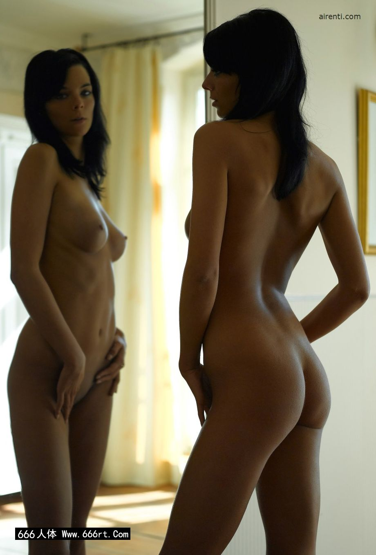 镜子前自拍的墨西哥美模Julia