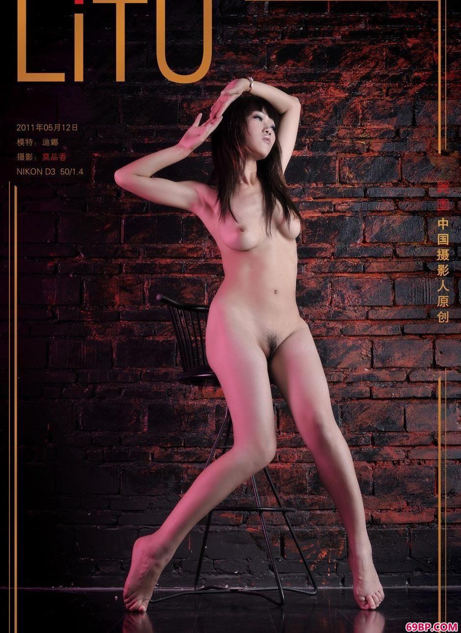 裸模迪娜地下室内的丰腴人体_郎玉人体