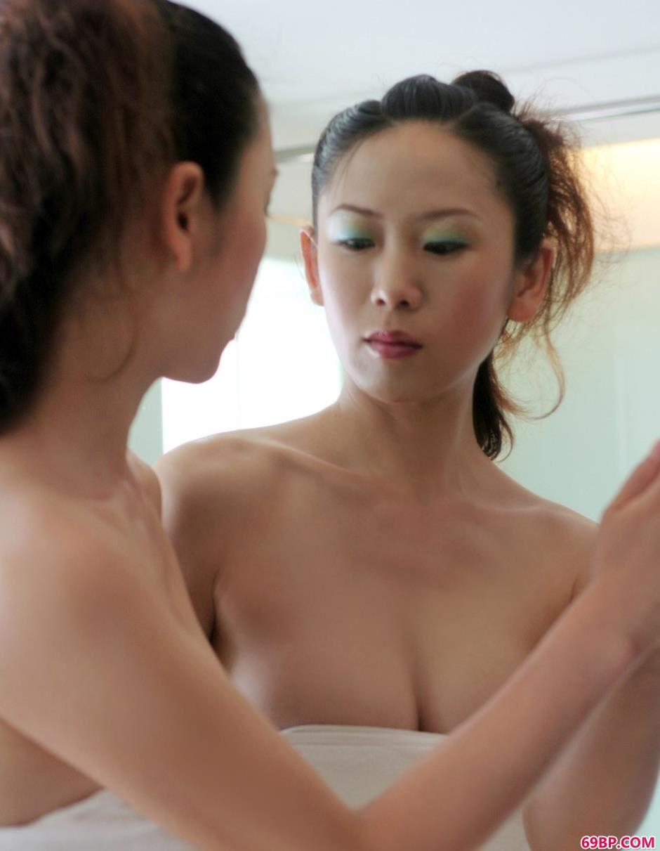 裸模秋雨浴室内的甜美人体