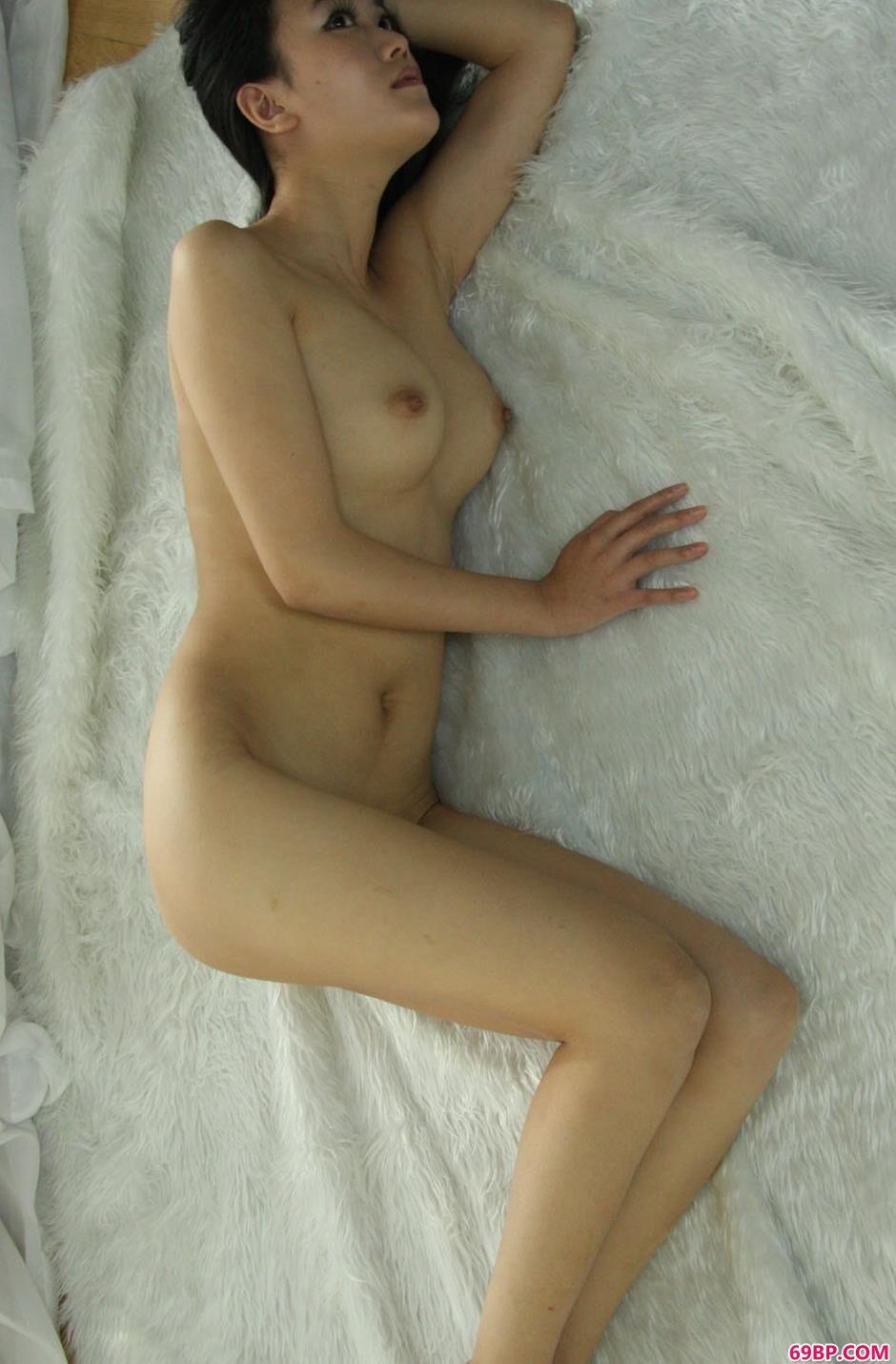 男体摄影_靓女安慧房间内羊毛毯上的妩媚人体