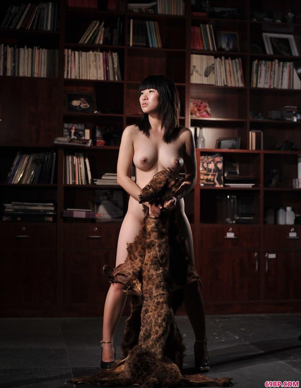 超模蓝雅琦书房里的豹皮美体_毛明人体艺术
