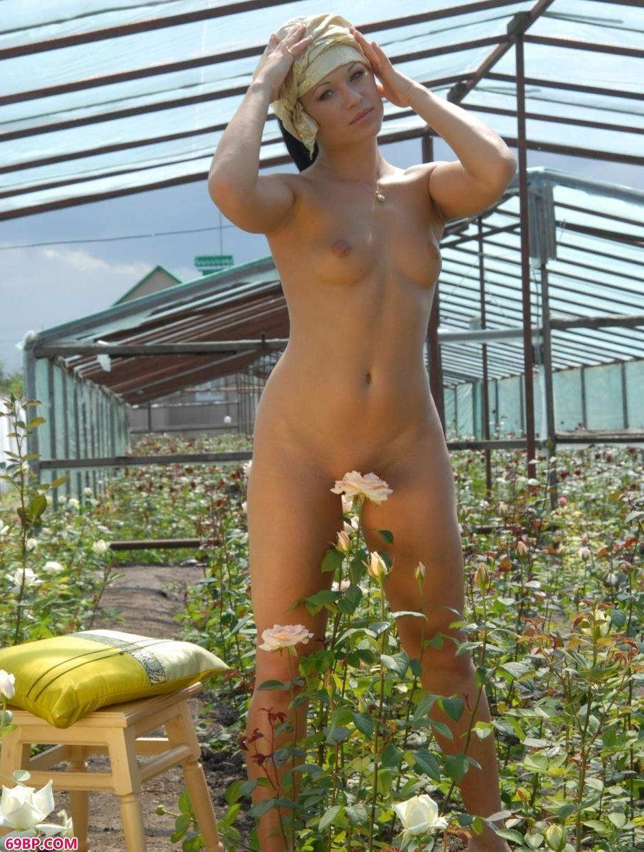 熟女色_花圃里的妹子Tonya娇嫩人体