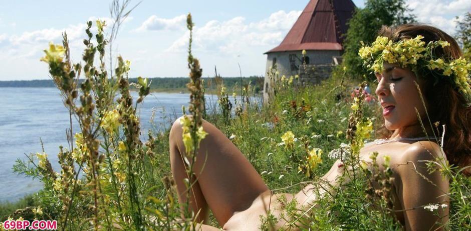 汤芳gogo人体摄影,美模欧嘉Olga碉堡前的花香美体1