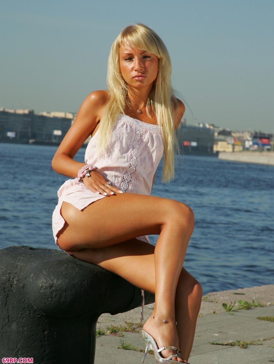 裸模达莉亚江畔上的性感人体1
