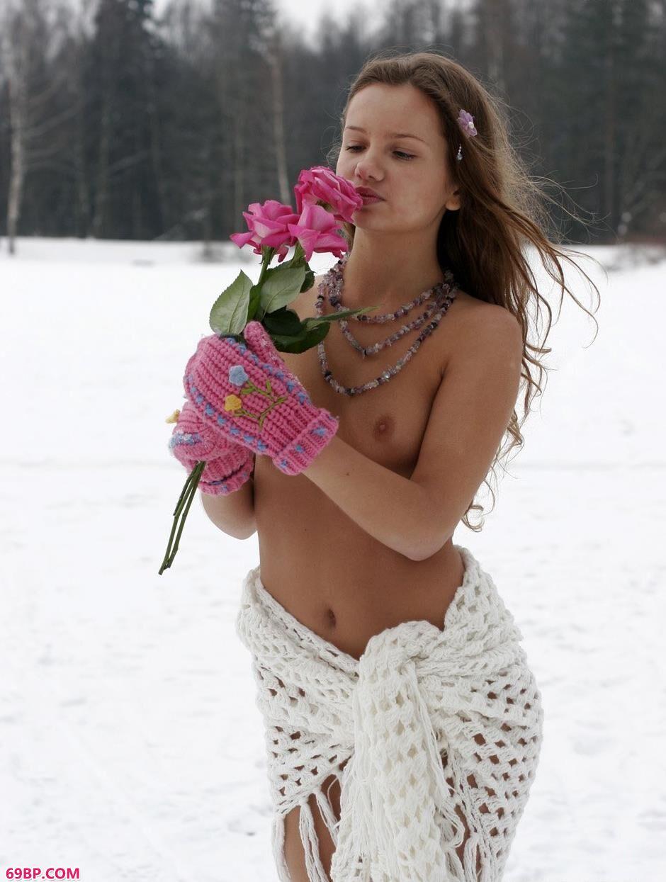 大胆美女艺术图片_嫩模克莉斯汀娜雪地上的清凉人体1