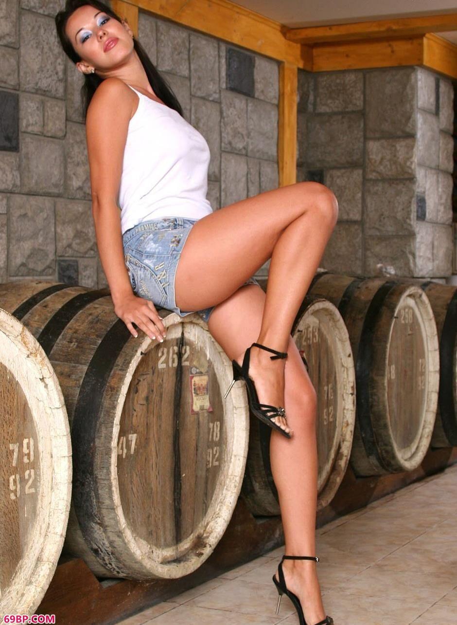 扒开女人毛茸茸的黑森林_酒窖里的美模维纳斯1