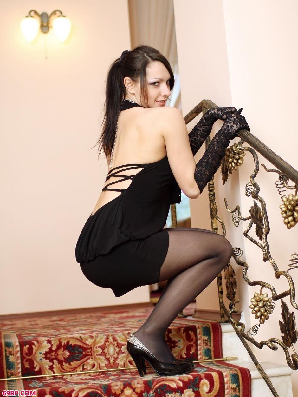 诱惑黑色短裙的人体裸模